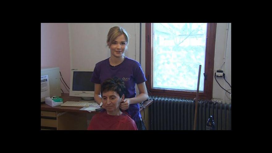 Video Kadeřnice Angelika popisuje svou pomoc v azylovém domě