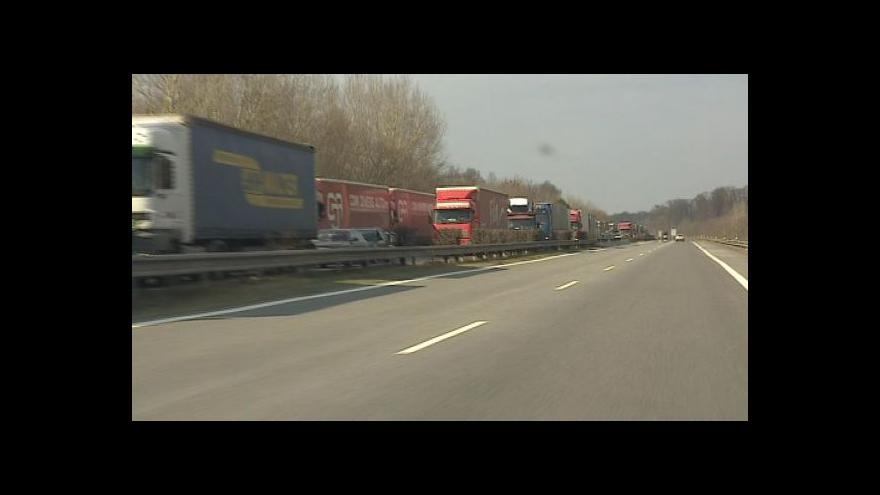 Video No comment: kolona kamionů u hraničního přechodu