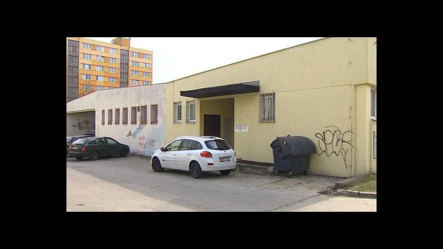 Video Vandala, který ničil fasády domů, dopadla policie