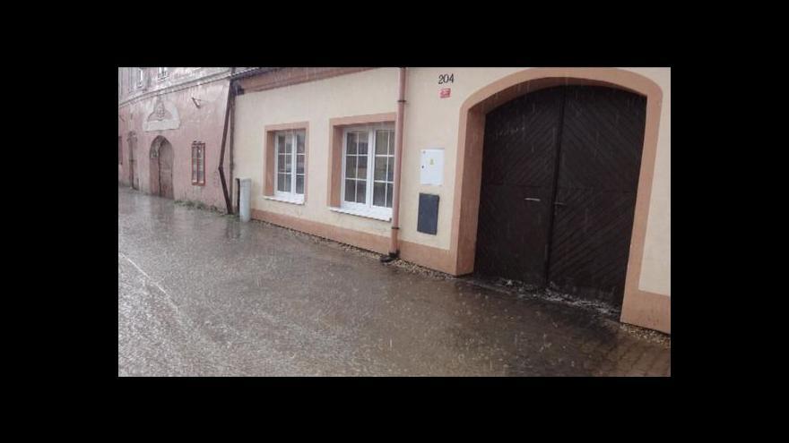 Video V Týně nad Vltavou se brání velké vodě