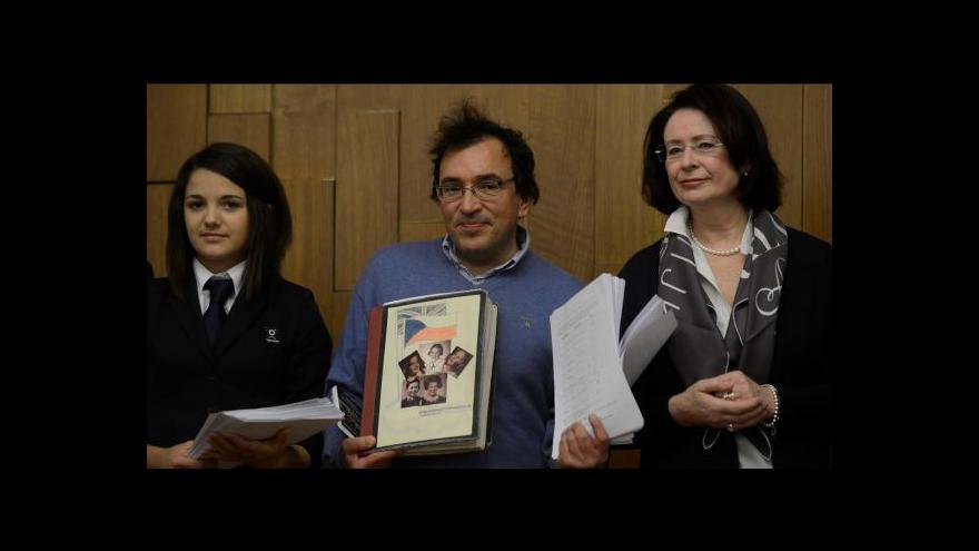 Video Studenti dál shání podporu pro udělení Nobelovy ceny Wintonovi