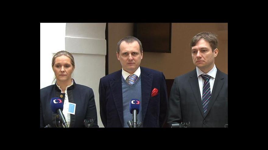 Video Brífink Věcí veřejných o obstavených účtech strany