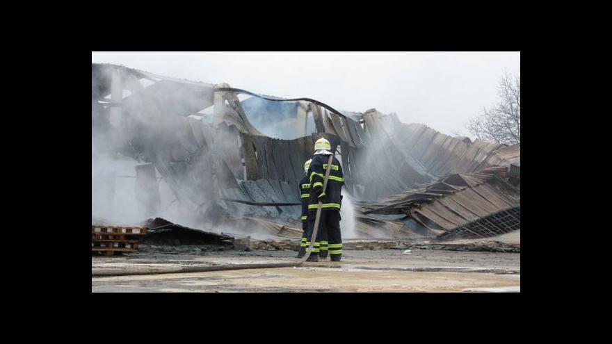 Video No comment: požár haly s uskladněným dřevem