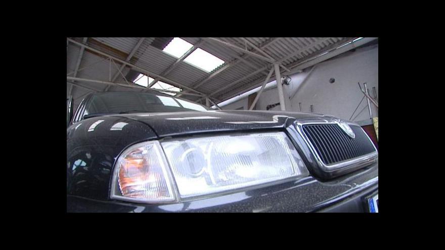 Video Odepsaným autům z Německa úředník padělal technické průkazy