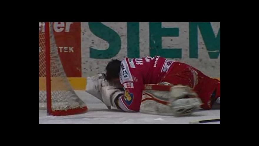 Video Zranění třineckého gólmana Hrubce po zásahu pukem a neúspěšný nájezd Tona