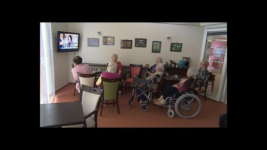 Video NO COMMENT: Senioři sledovali inauguraci prezidenta v televizi