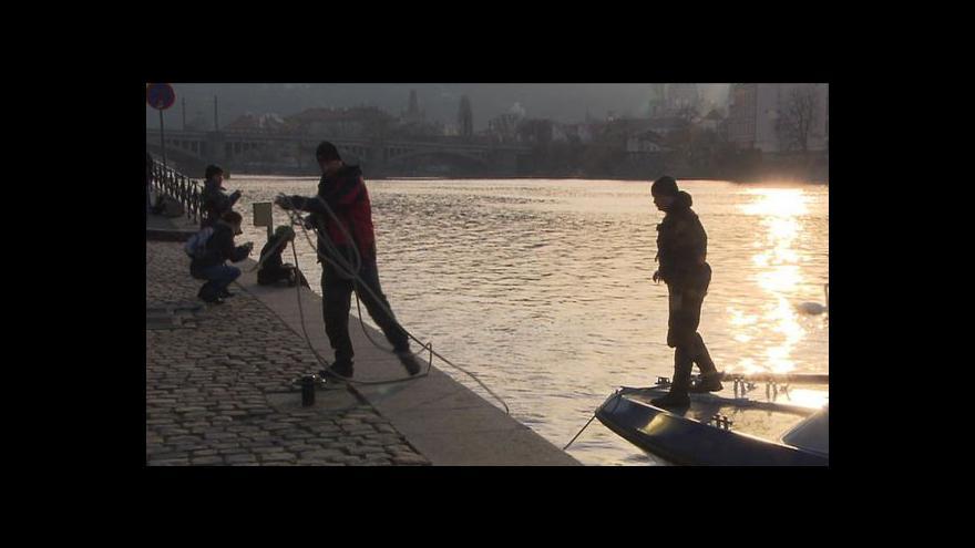 Video Potápěči pátrali po muži ve Vltavě celý den