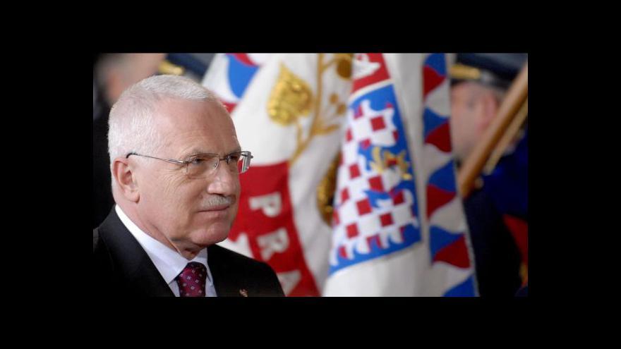Video Sbohem a šáteček: Klaus s Gašparovičem se vzájemně vyznamenají