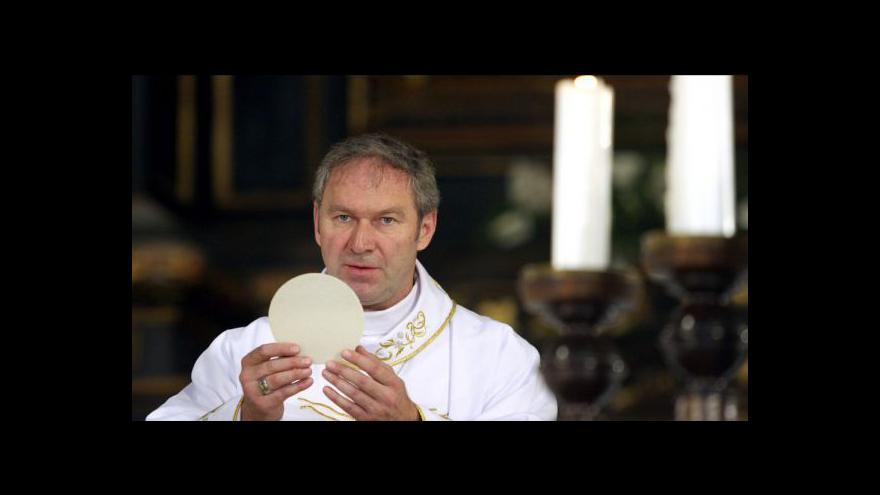 Video Vatikán dál trestá oblíbeného slovenského duchovního Róberta Bezáka