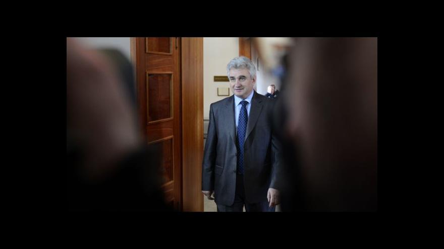 Video Brífink senátorů po schválení návrhu žaloby