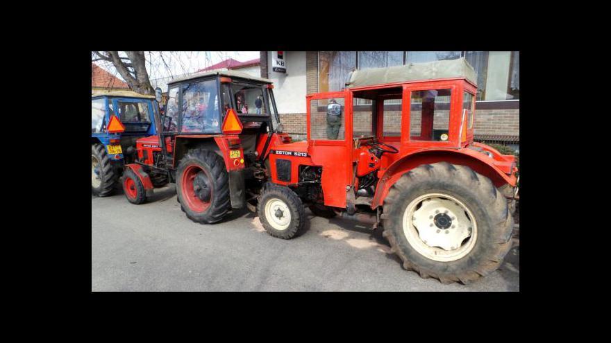 Video Ve Velkých Bílovicích pokořili vlastní rekord v koloně traktorů