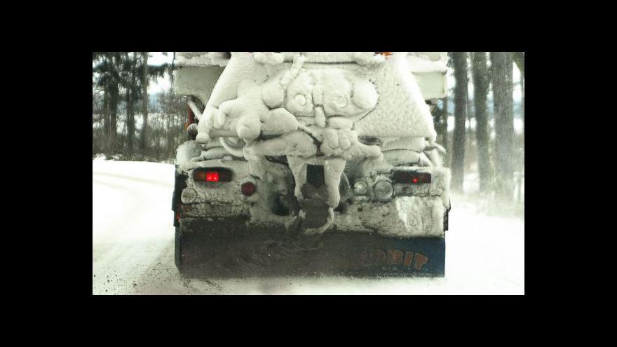 Video Sníh působí komplikace v dopravě