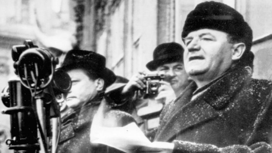 Video Krnovští zastupitelé odebrali čestné občanství Klementu Gottwaldovi
