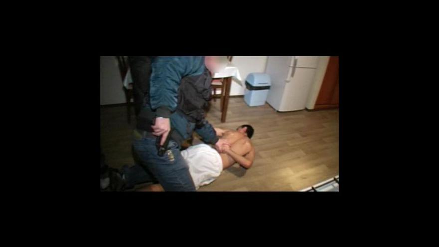 Video Policejní záběry ze zatýkání podezřelých