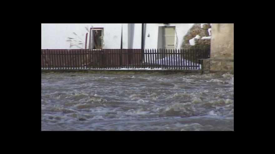 Video Teplé počasí zvedá hladiny řek