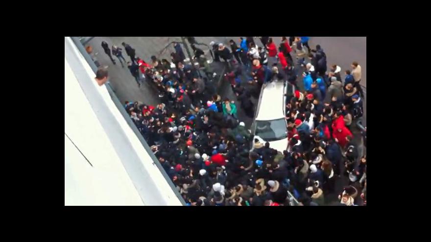 Video Rozzuřený dav v Göteborgu