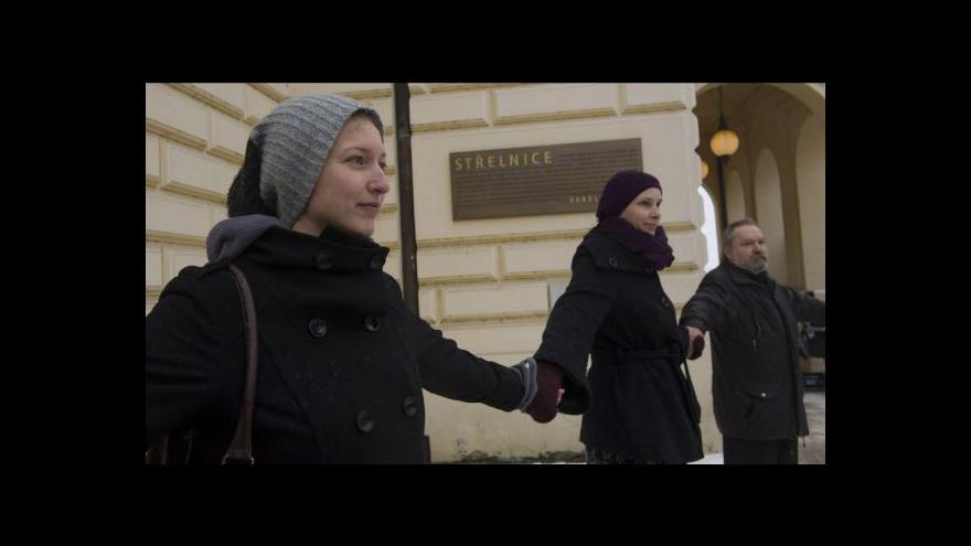 Video Střelnici brání demonstranti vlastním tělem