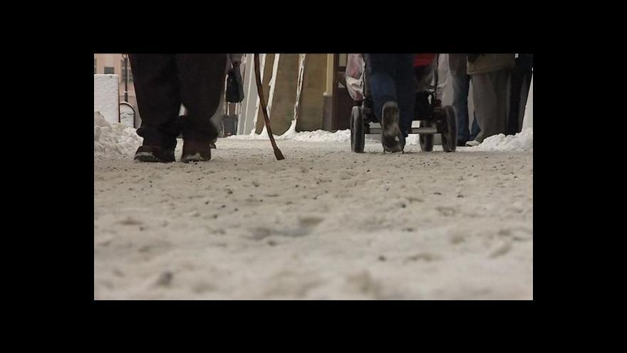 Video Čím se sypou chodníky?