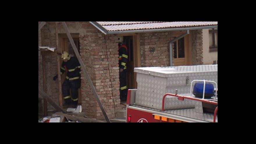 Video NO COMMENT: Při hašení požáru našli hasiči v domě munici