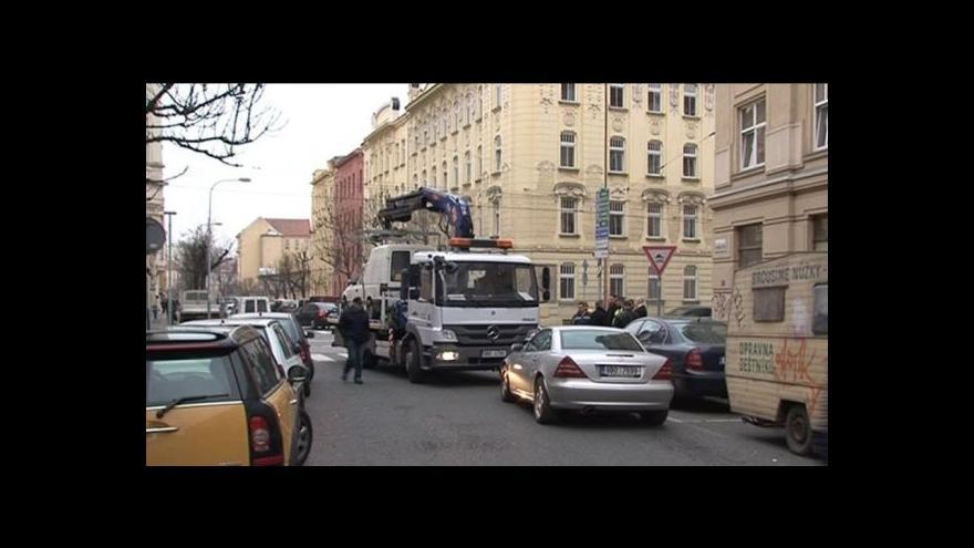 Video No comment: Řidič brání tělem své auto