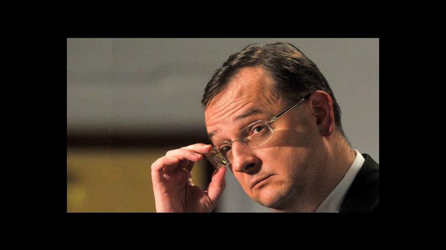 Video Nečasův kabinet zítra zřejmě přežije hlasování o balíčku