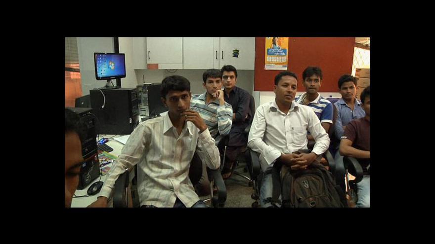 Video Indičtí absolventi mají problém