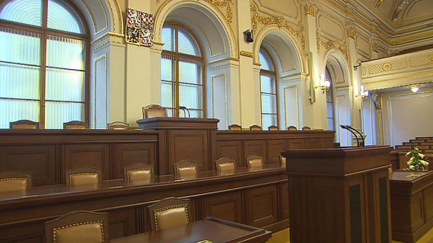 Video ŽIVĚ: Poslanci mají na programu horní zákon i drobné podnikání
