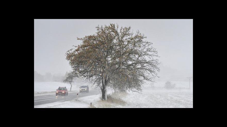 Video Události: Sněžení zkomplikovalo dopravu v Čechách