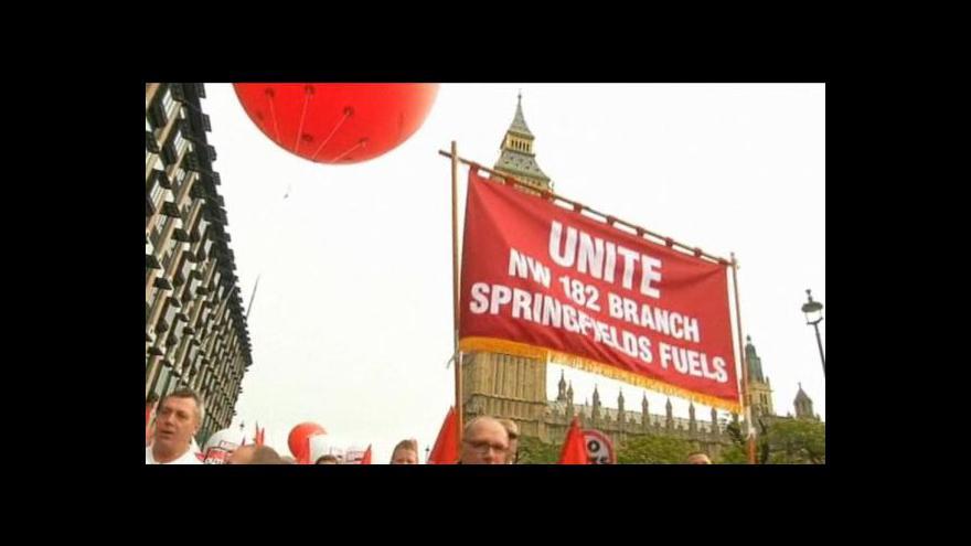 Video Tisíce Britů protestovaly proti úsporám