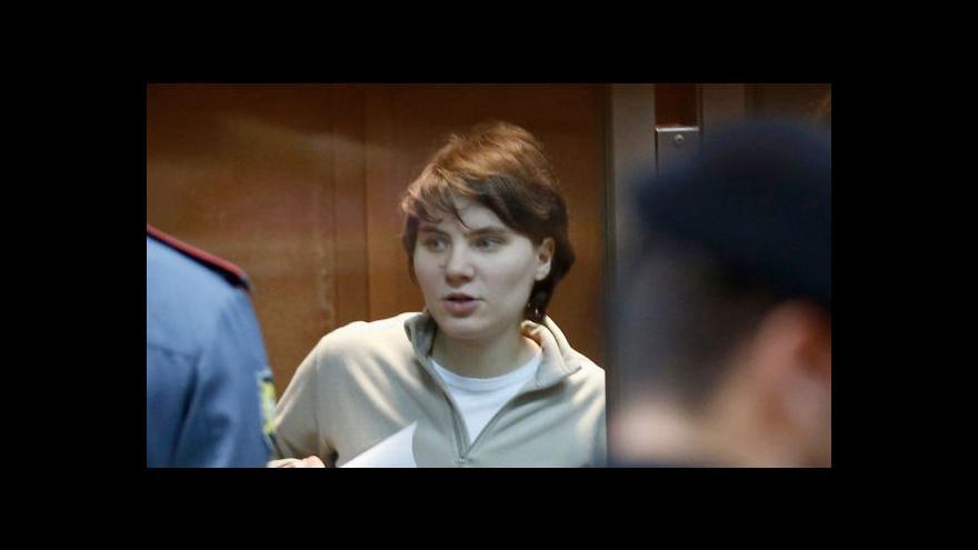Video Moskevský odvolací soud zmírnil trest pro jednu ze členek skupiny Pussy Riot
