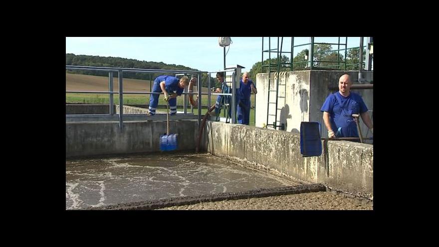 Video NO COMMENT: Odstraňování kalu z hladiny nádrže