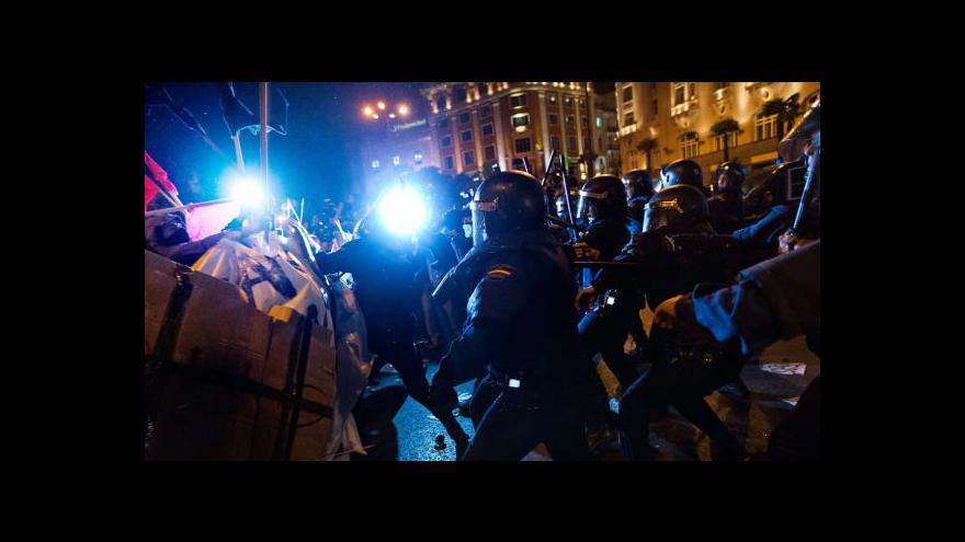 Video Španělští demonstranti se před parlamentem střetli s policií