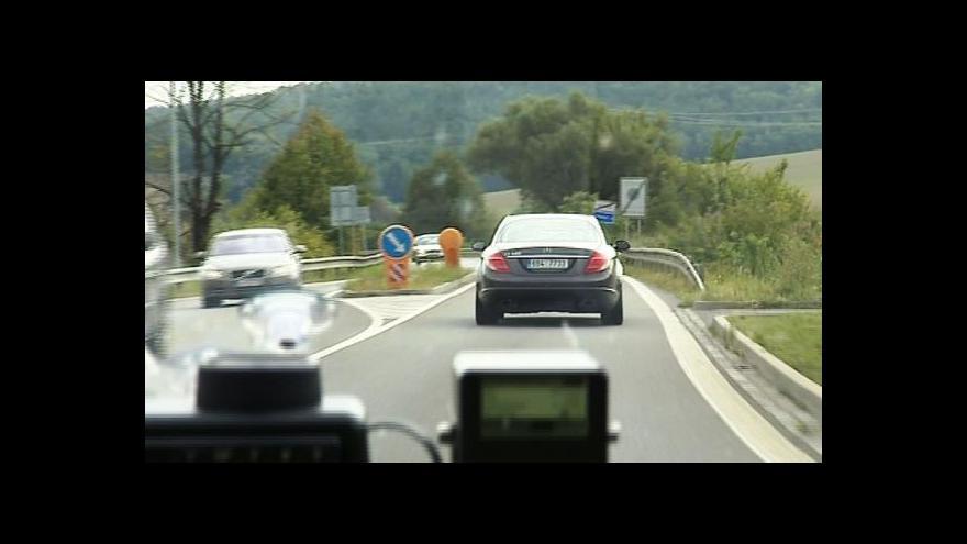 Video Policie kontrolovala řidiče v super rychlých passatech