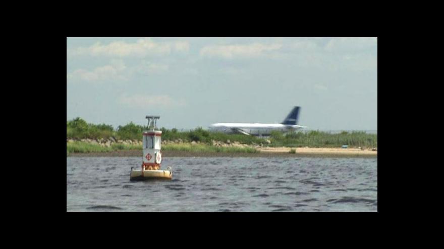 Video Plavec překonal bezpečnostní systém Kennedyho letiště