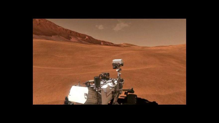 Video Curiosity poslalo barevné snímky Marsu