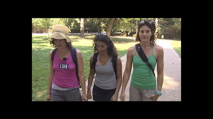Video Sestry Anna a Kristina vyrážejí na pochod