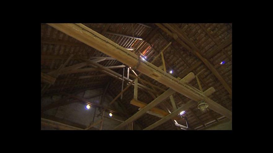 Video Volyňská stodola i přes protesty půjde k zemi