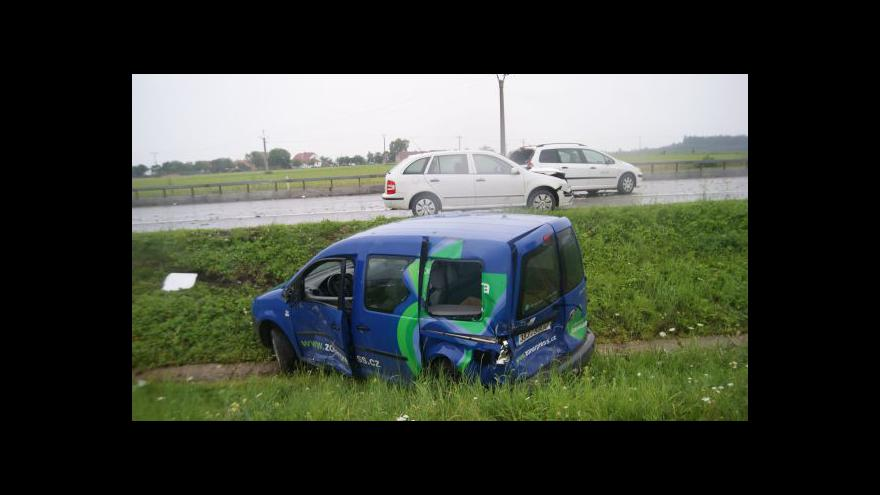 Video NO COMMENT: Nehoda auta s kafilerním tukem zkomplikovala dopravu na D1
