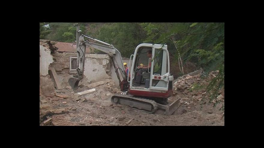 Video Stavební stroje dokončují demolici bývalé památky