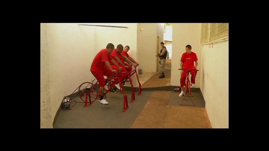 Video Vězni šlapou na kole za svobodou