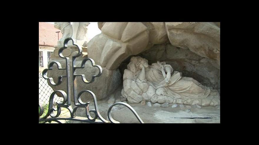 Video Chvalkovice s dočkaly opravy barokního sousoší