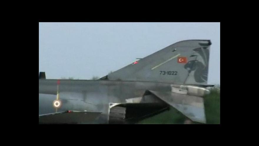 Video Turci chtějí sestřelenou stíhačku řešit v NATO