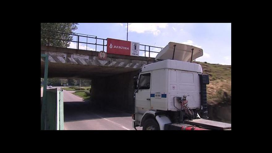 Video Kamiony ve Veselí končí pod mostem