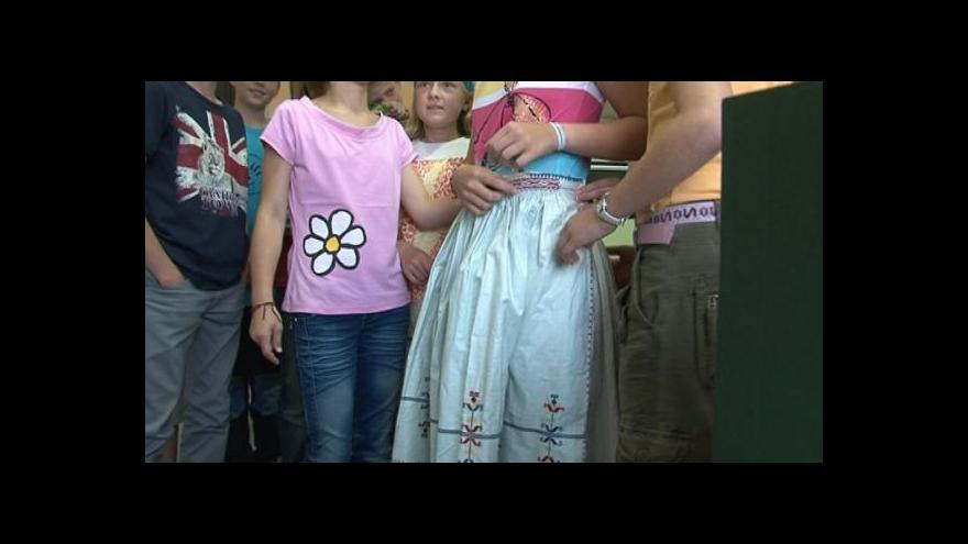 Video Děti ze základní školy si vyzkoušely některé z krojů