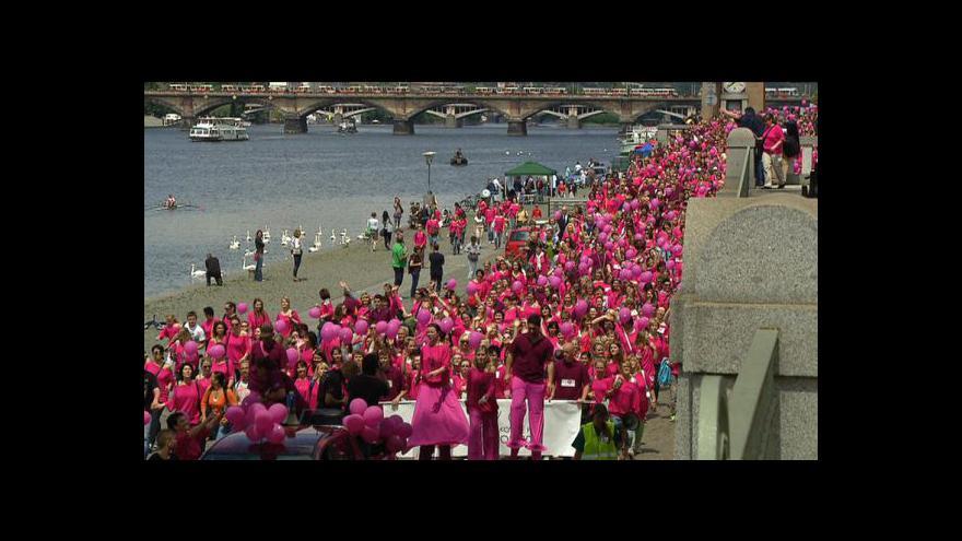 Video Pražské nábřeží se zbarvilo do růžova