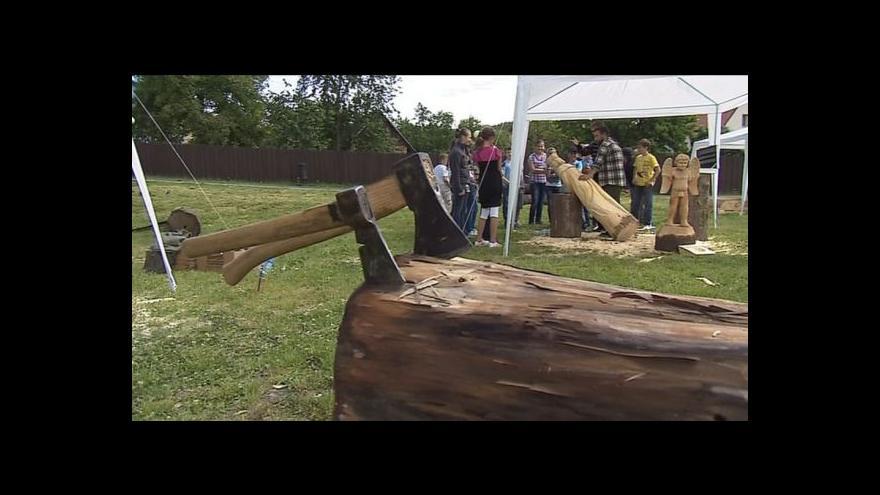 Video Řezbáři začali pracovat na sochách pro víkendové sympozium