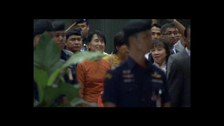 Video Po 24 letech vyrazila Su Ťij za hranice Barmy