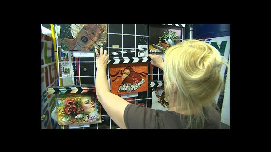 Video NO COMMENT: Přípravy na výstavu uměleckých filmových klapek