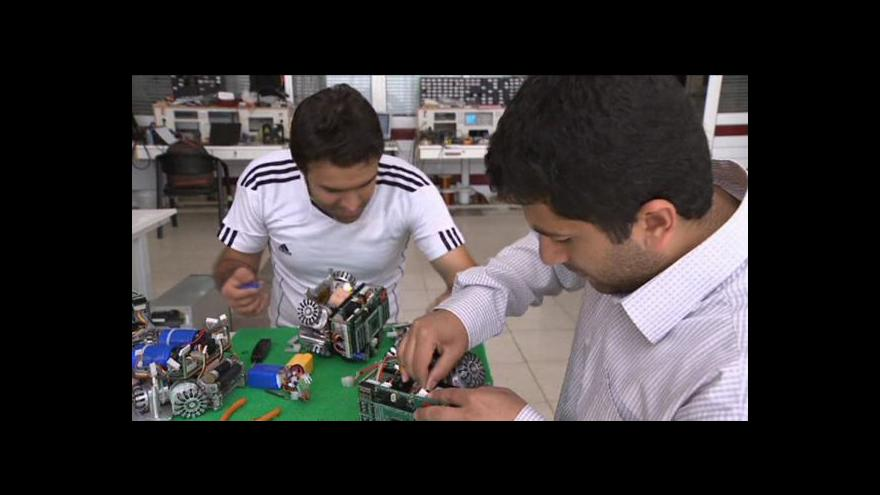 Video Íránští roboti hrají fotbal