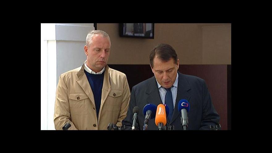Video Brífink Jiřího Paroubka a Petra Bendy